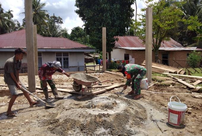 Serda Hardianto Babinsa Kodim 0313/Kpr Bantu Warga Bergotong Royong Pembuatan Tempat Ibadah