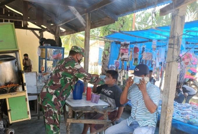 Babinsa Kodim 0313/KPR Himbau Warga Taati Protokol Kesehatan