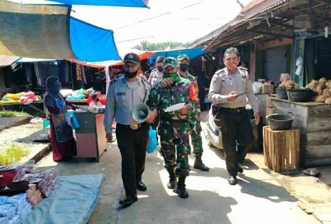 Babinsa Kodim 0313/KPR Lakukan Penegakan Disiplin Protokol Kesehatan di Pasar Desa Aliantan