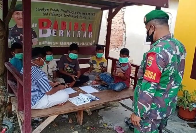 Serda Agusman,  Babinsa Kodim 0313/Kpr Berbagi Jaringan Internet Untuk Anak Warga Kurang Mampu