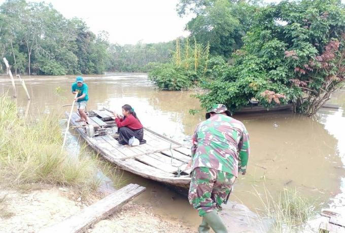 Babinsa Koramil 04/Pkl Kuras Bantu Warga Terdampak Banjir Sungai Nilo