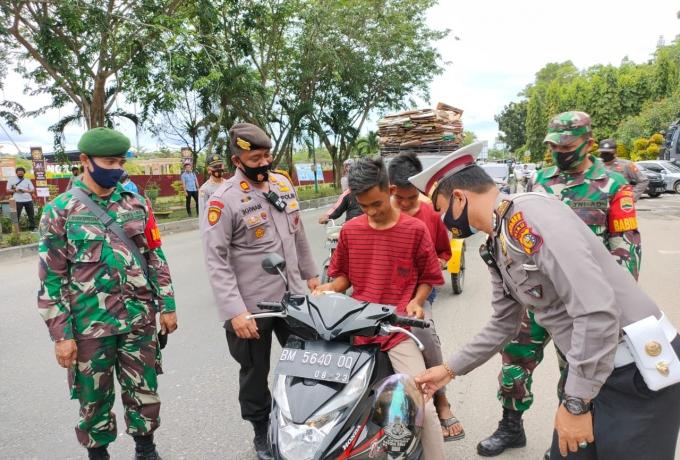 Mahasiswa dan Polisi di Kampar Bagikan 1000 Masker kepada Masyarakat Saat Demo Tolak UU Cipta Kerja