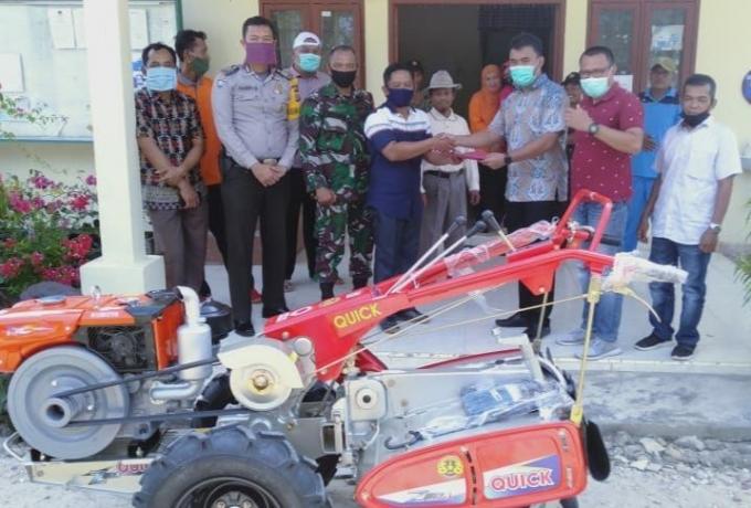 Babinsa Suka Mulya Koramil 01/Bkn Dampingi Kelompok Tani Terima Bantuan Alat Pertanian