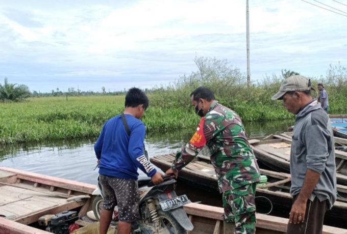 Babinsa Bantu Warga Terdampak Banjir di Desa Kasang Padang