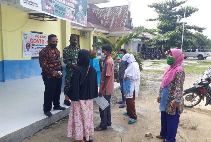 Sertu Irian Azwir Babinsa Koramil 07/Kampar dampingi Penyaluran Bantuan Sosial Tunai Tahap Vll