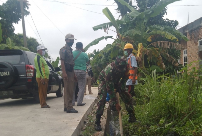 Serda Mugiono,  Babinsa Koramil 07/Kampar Gotong Royong Dengan Masyarakat