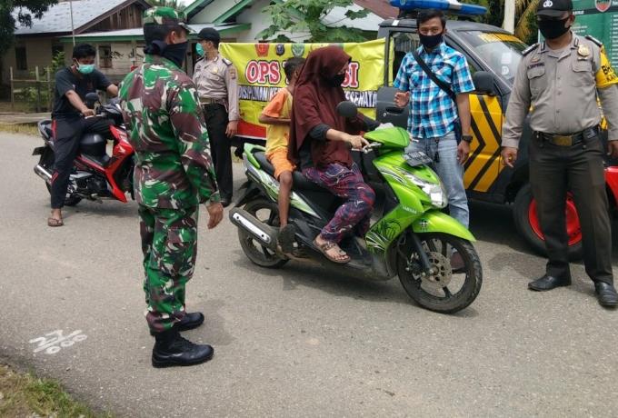Serda Adison Babinsa Koramil 13/Rokan Bersama Polsek Himbau Warga Taati Protkes Saat Berkendara