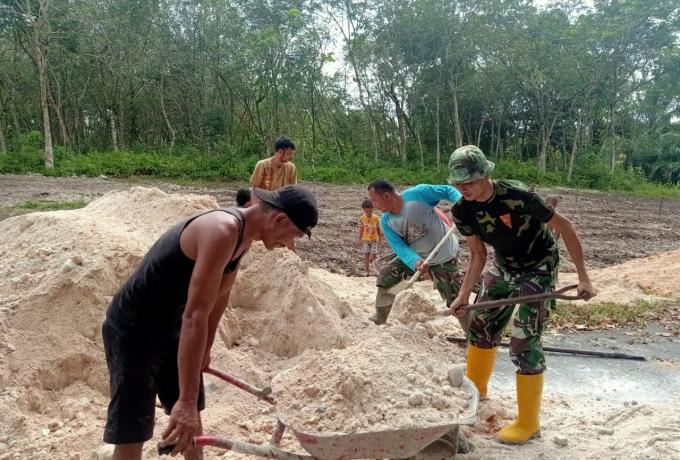 Benahi Desa Binaan,  Babinsa Koramil 07/Kampar Kodim 0313/Kpr Gotong Royong Bersama Masyarakat