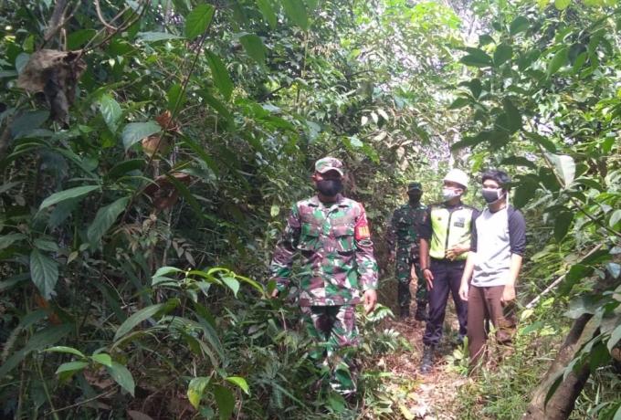 Cegah Karhutla, Babinsa Koramil 05/ Kampar Kiri Kodim 0313/KPR Patroli Bersama Security
