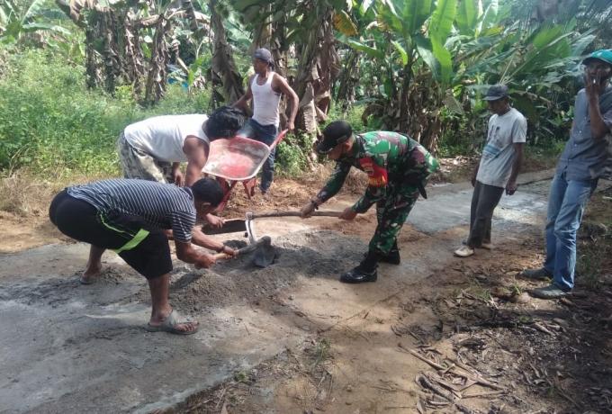 Babinsa Bantu Pengecoran Jalan Di Desa Sei Kumango Guna Meningkatkan Perekonomian Warga