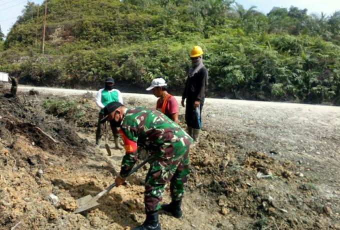 Babinsa Koramil 01/Bkn Bersama Warga Gotong Royong Perbaiki Saluran Air Tertutup Longsoran Tanah