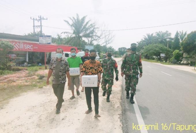 Babinsa Koramil 16/Tapung Bersama Pemdes Dan Anggota Polsek Beri Bantuan Warga yang Isolasi Mandiri