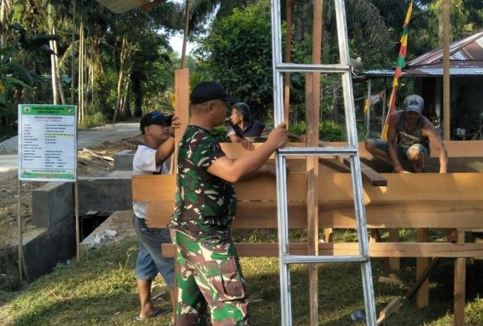 Ciptakan Keamanan Lingkungan, Babinsa Koramil 01/Bkn Bersama Masyarakat Bangun Pos Ronda