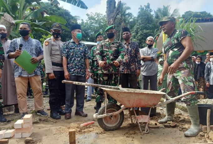 Wakili Dandim,  Kasdim 0313/Kpr Letakan Batu Pertama Pembangunan Rumah Tidak Layak Huni
