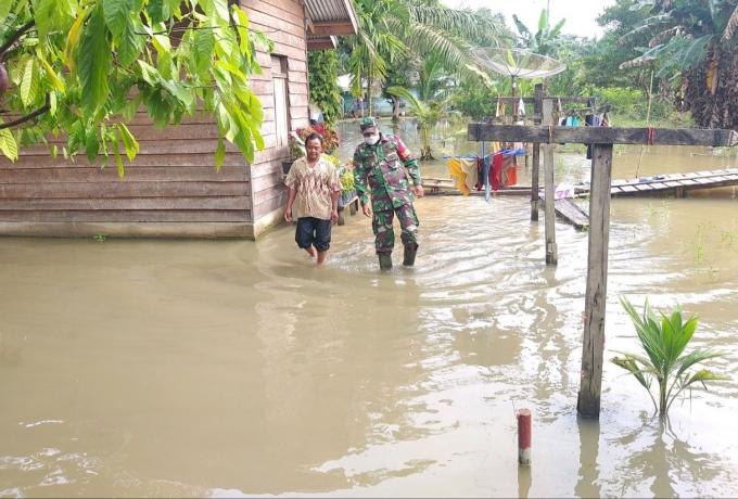 Babinsa Koramil 10/Kunto Darussalam,  Bantu Warga Terdampak Banjir di Desa Sontang