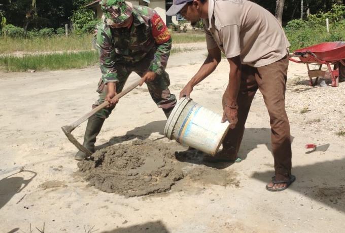 Babinsa Kodim 0313/KPR Koramil 09/Langgam Bantu Rehap Rumah Warga