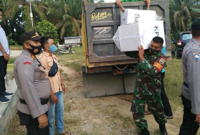 Babinsa Koramil 08/Tandun kawal kotak suara Pemilu sampai ke TPS