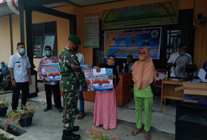 Babinsa Koramil 04/ Pkl Kuras Kawal Pembagian BLT DD Desa Betung