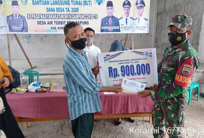Penyaluran BLT DD Desa Air Terbit Terus di Dampingi Babinsa Koramil 16/Tapung