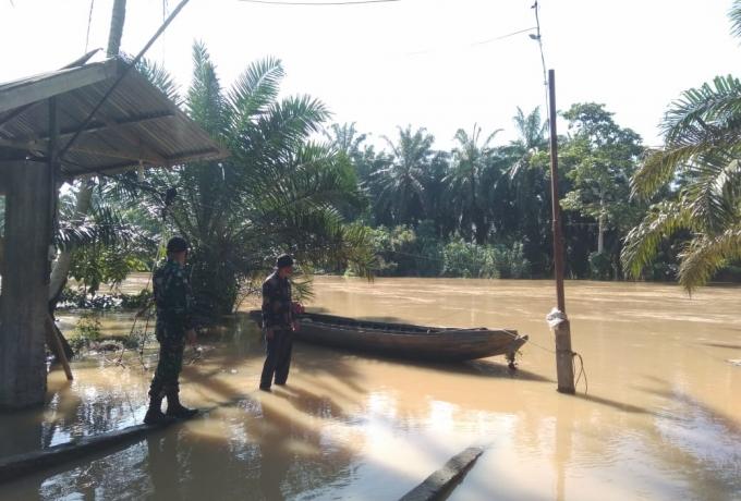 Antisipasi Banjir Kiriman Babinsa Lakukan Pemantauan Debit Air Sungai Batang Sosah