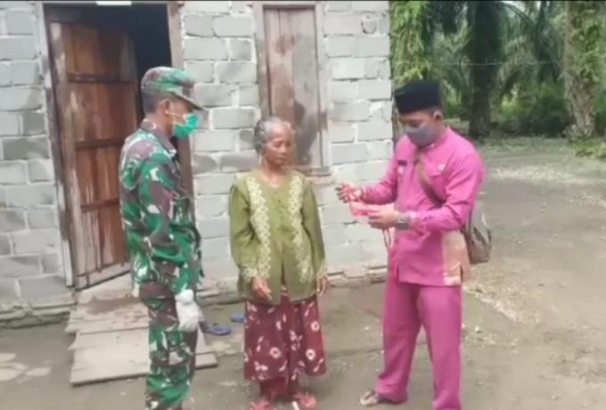 Babinsa Koramil 10/Kunto Darussalam Himbau Warga Pakai Masker