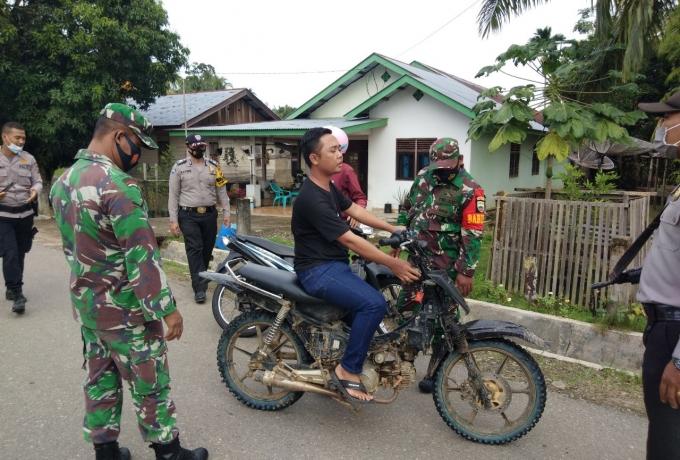 Gelar Patroli Yustisi, Serda Hardianto Babinsa Koramil 13/Rokan Stop Pengendara Tanpa Menggunakan Ma