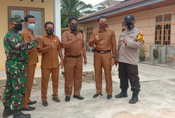 Babinsa Koramil 07/Kampar Dampingi Kades Limau Manis Dalam Acara Penyerahan Secara Simbolis Kunci Ru