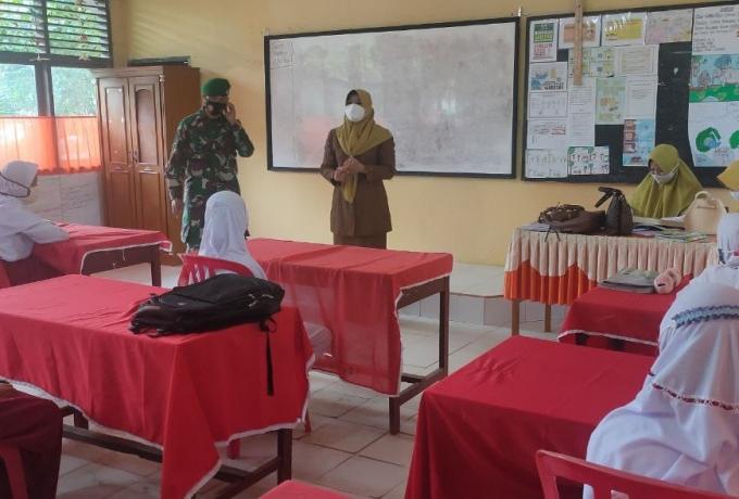 Babinsa Dampingi Petugas Kesehatan Penerapan Protokol Kesehatan di Sekolah