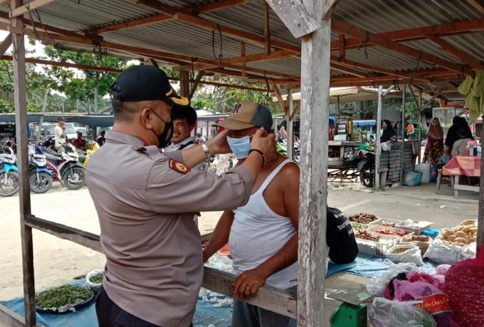 Tindak Lanjuti Program 100 Hari Kapolri, Polres Kampar dan Polsek Jajaran Tiap Hari Bagikan Masker