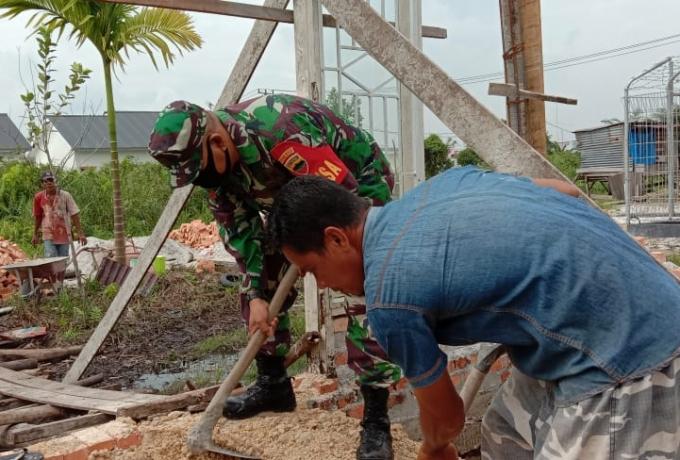 Babinsa Bantu Warga di Desa Binaan Ujud Kemanunggalan TNI dan Masyarakat