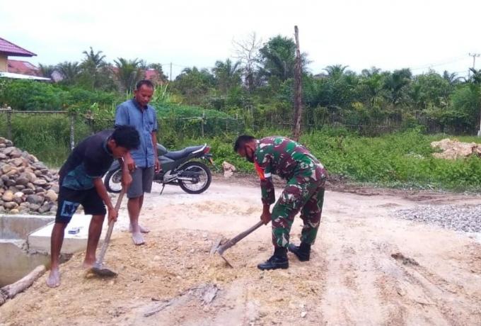 Serda Midarmadi, Babinsa Koramil 07/Kampar Laksanakan Penimbunan Jalan Bersama Warga