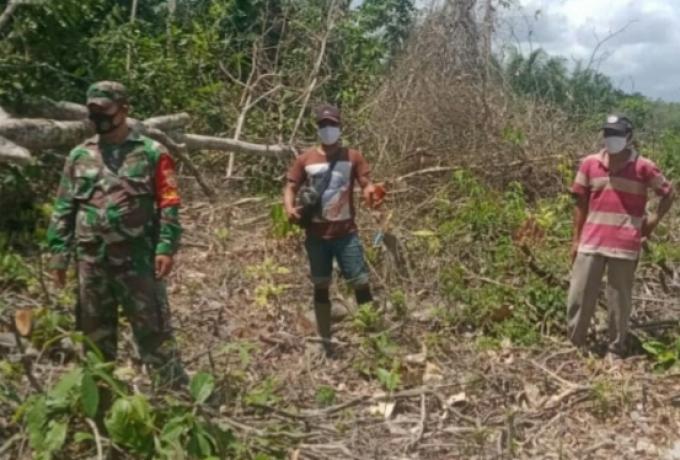 Babinsa Koramil 05/Kampar Kiri Aktif Laksanakan Patroli dan Sosialisasi Pencegahan Karhutla