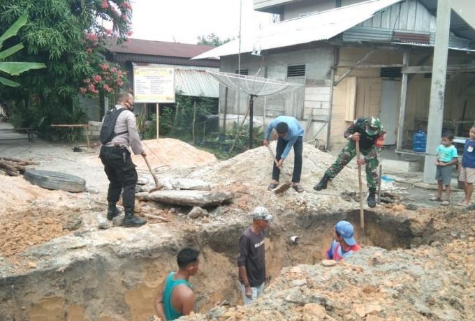Antisipasi Banjir, Babinsa Koramil 16/Tapung Bersama Tiga Pilar Goro Bersama Warga