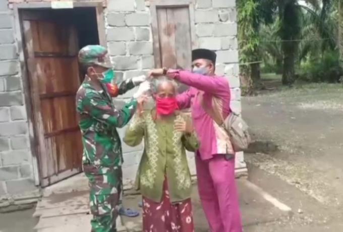 Babinsa Bersama Kades Kasang Mungkal Himbau Warga Ikuti Protokol Kesehatan