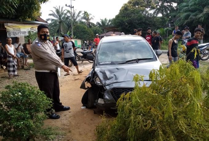 Pecah Ban Lalu Hilang Kendali, Mobil Datsun Tabrak Motor di Wilayah Batu Langka Kuok