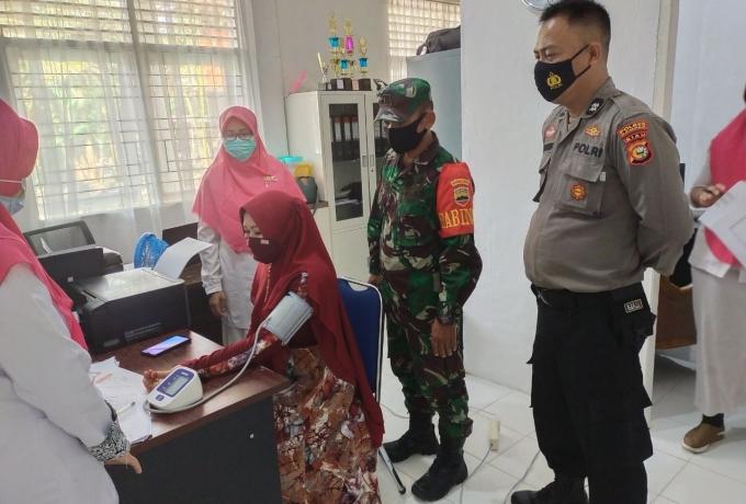 Babinsa Koramil 16/Tapung Bersama Polsek Pantau Pelaksanaan Vaksinasi Tahap Ke II Tenaga Kesehatan