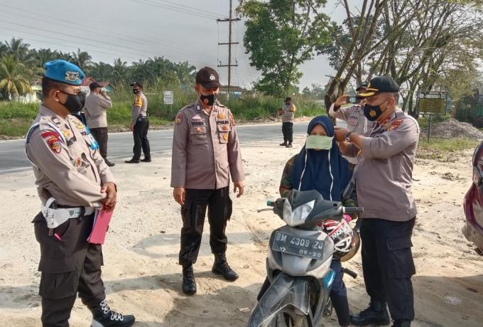 Polsek Tapung Gencarkan Pendisiplinan Prokes dan Bagikan Masker Untuk Masyarakat