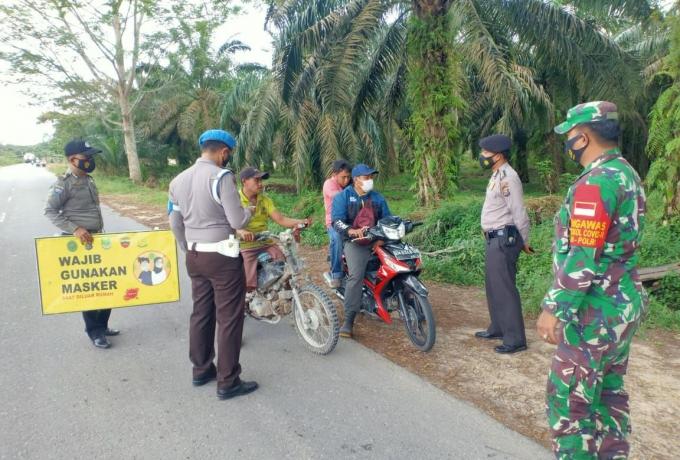 Koramil 14/Kepenuhan Dan Polsek Kepenuhan Gelar Razia Masker Di Jalan