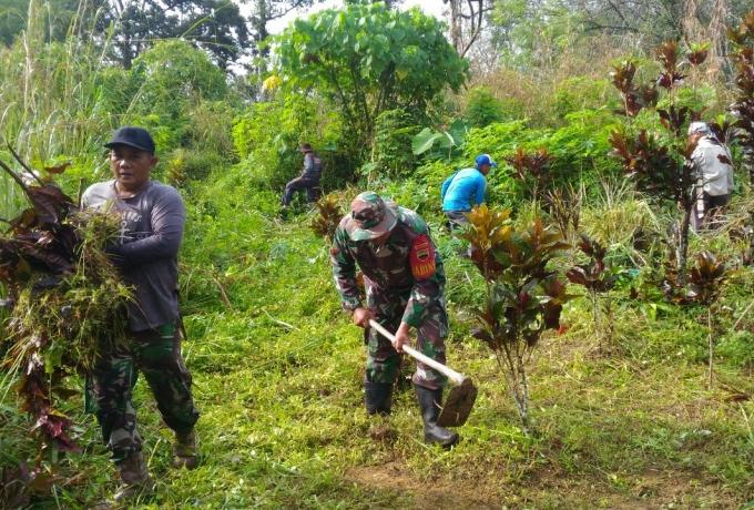 Babinsa Desa Sungai Tarap, Koramil 07/Kampar Goro Bersama Warga Bersihkan Makam