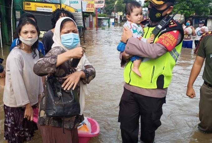Personel TNI - Polri Dikerahkan Bantu Evakuasi Korban Banjir