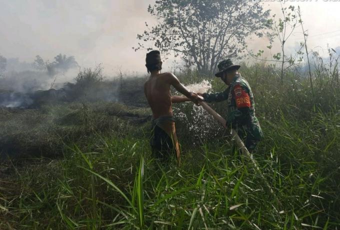 Babinsa Koramil 04/ PKL Kuras Ikut Berjibaku Padamkan Api