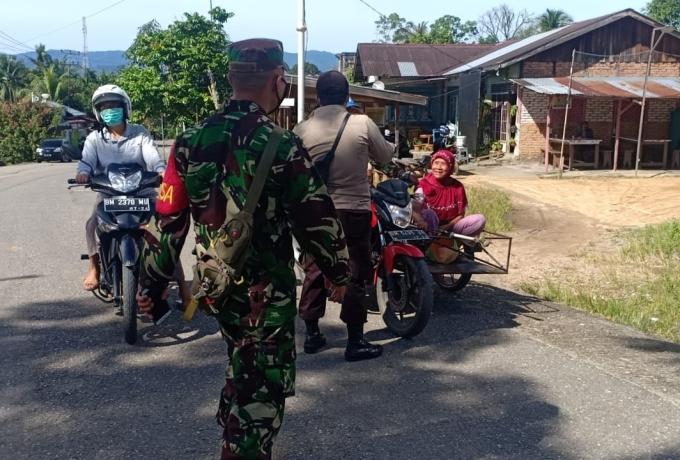 Sinergitas TNI POLRI di Rambah Rohul Solid Bagikan Masker
