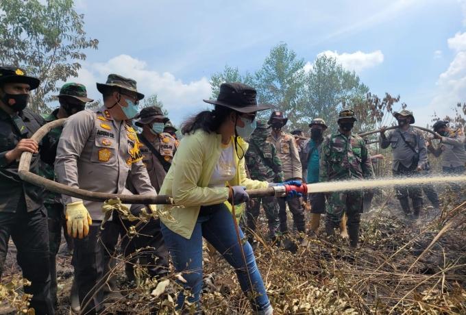 Motivasi Anggota, Kapolda Riau dan Istri Ikut Padamkan Karhutla Di Wilayah Rupat Bengkalis
