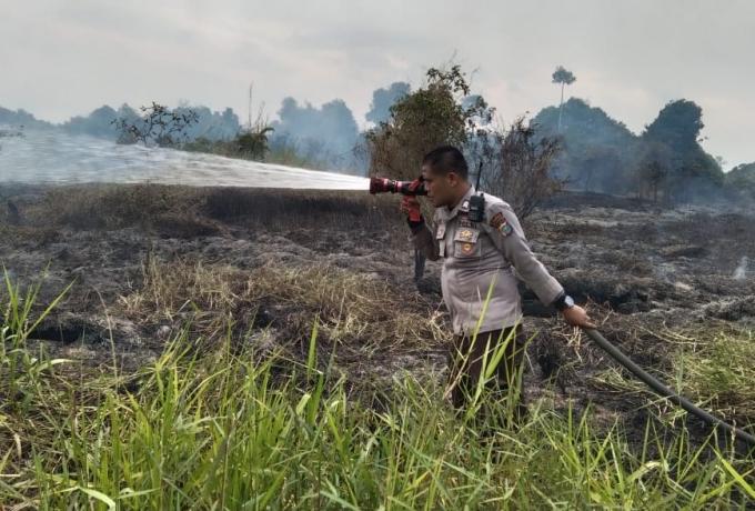 Temukan Kebakaran Lahan, Tim Patroli Gabungan Polsek Tapung, Koramil dan MPA Lakukan Pemadaman