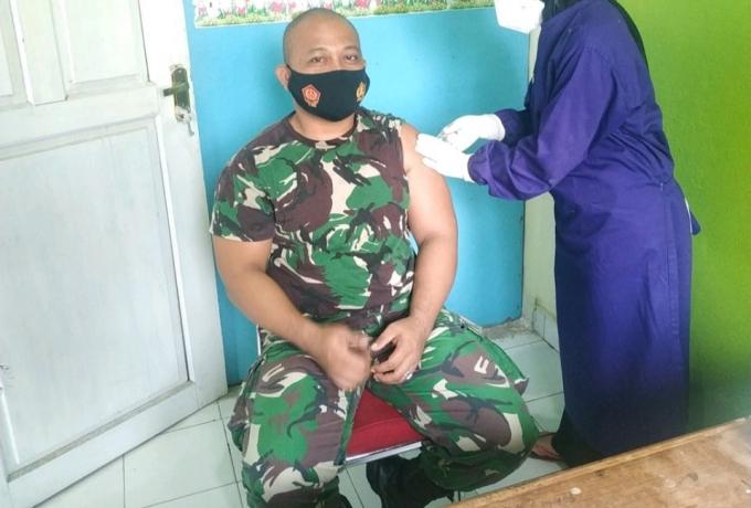Jadi Garda Terdepan, Babinsa Koramil 08/Tandun Disuntik Vaksin Covid-19 di Puskesmas Tandun