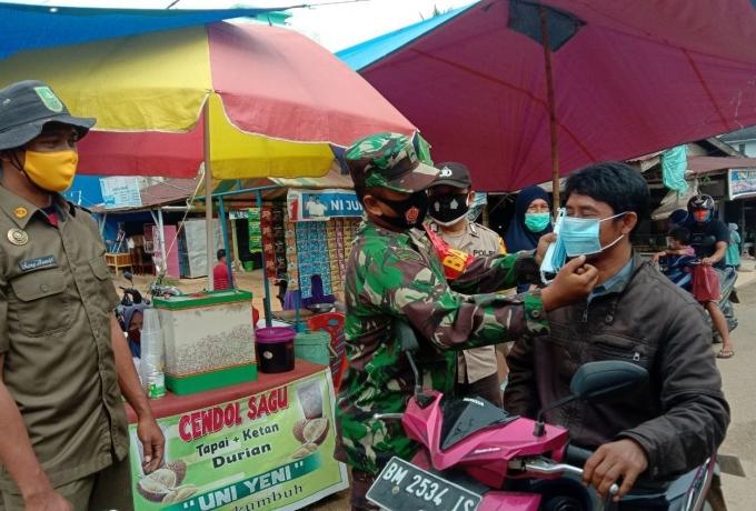 Serda Efrizal Bersama Tim Gabungan Putus Penyebaran Covid 19 Dengan Bagikan Masker