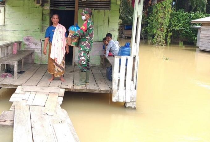 Babinsa Koramil 10/Kunto Darussalam Berikan Sembako Kepada Warga Terdampak Banjir