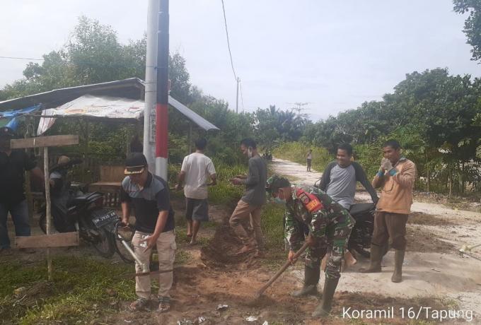 Antisipasi Banjir, Babinsa Koramil 16/Tapung Goro Bersama Warga Bersihkan Parit