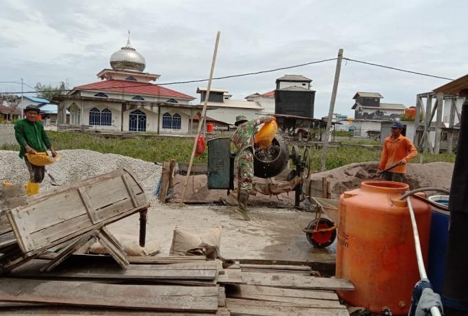 Babinsa Koramil 15/Kuala Kampar Gotong Royong Semenisasi Jalan Desa Labuhan Bilik