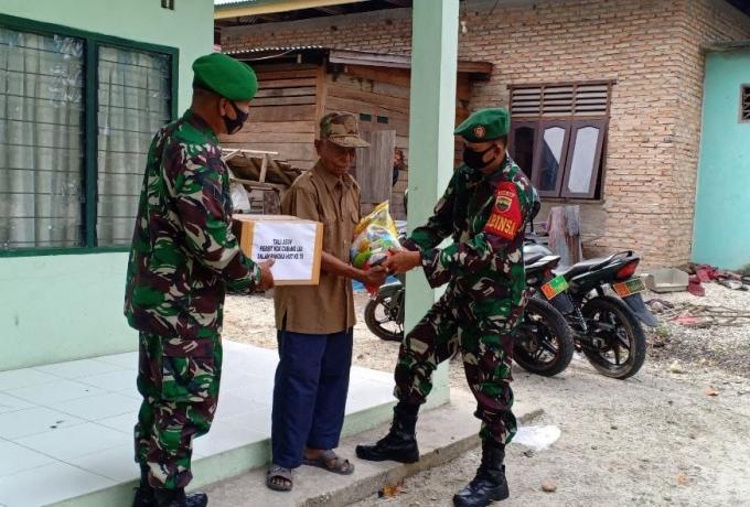 Peringati HUT Persit KCK LIII Ke-75 , Anggota Koramil 01/Bkn Bagikan Sembako Kepada Veteran Dan Wara